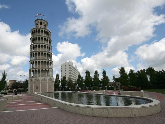 La Torre de Pisa es muy visitada por turistas por su majestad y porque siempre ha sido considerada la más inclinada del mundo.
