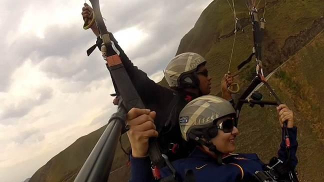 Aun sin recibir entrenamiento, se puede volar en parapente, siempre con el apoyo de un piloto que maneja la parte técnica