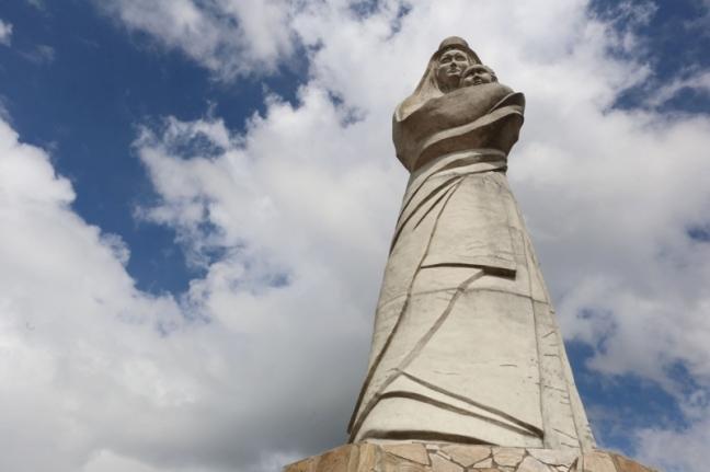 El sitio más alto de El Jarillo, lugar donde se practica parapente, es custodiado por la virgen del Carmen, una estatua de unos 10 metros de altura